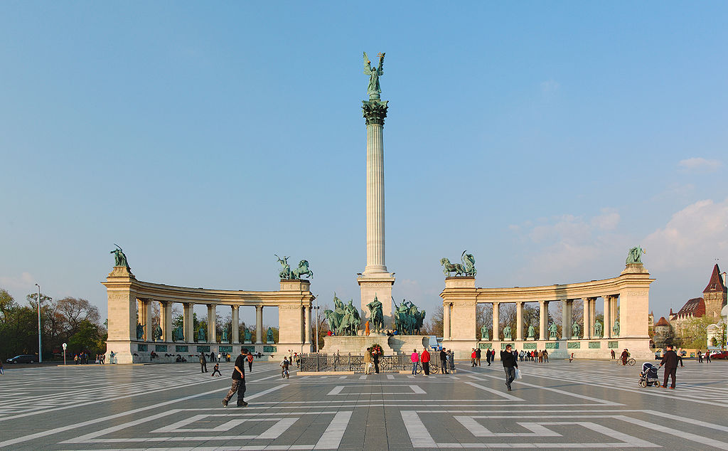 1024px-Heroes_Square_Budapest_2010_01